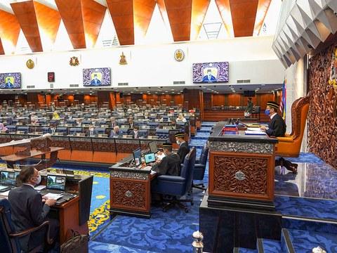 Anggota Parlimen Malaysia bersiap sedia menghadiri sidang Dewan Rakyat di Bangunan Parlimen, di Kuala Lumpur, 2 Nov, 2020.