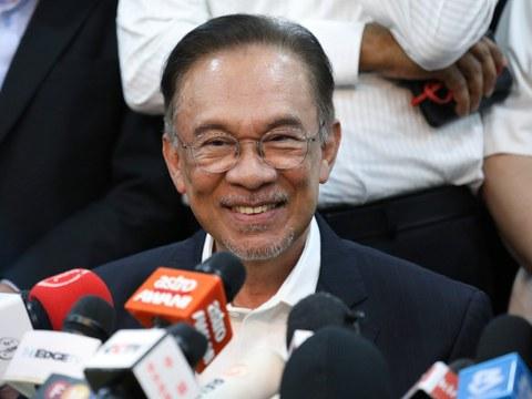 Ketua pembangkang Anwar Ibrahim tersenyum semasa sidang berita  di Petaling Jaya, Malaysia, 26 Februari 2020.