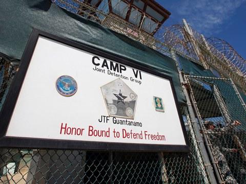 Seorang pengawal membuka pagar di pintu masuk Kem VI, sebuah penjara yang digunakan untuk menempatkan tahanan di Pangkalan Tentera Laut Amerika Syarikat di Teluk Guantanamo, Cuba, 5 Mac 2013.