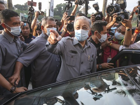 Bekas Perdana Menteri Malaysia, Mahathir Mohamad, memberi reaksi selepas mengadakan pertemuan dengan pemimpin Pakatan Harapan di ibu pejabat Parti Keadilan Rakyat di Petaling Jaya, Selangor, 9 Jun 2020.