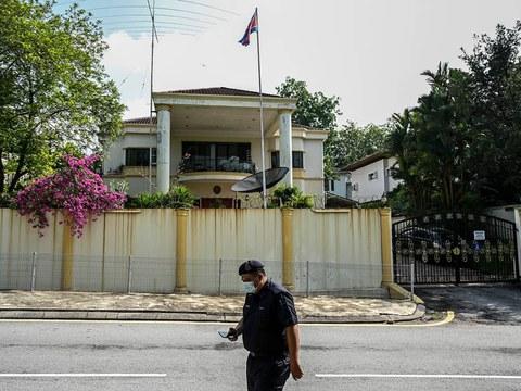 Seorang anggota polis berjalan di hadapan pejabat Kedutaan Korea Utara di Kuala Lumpur, 19 Mac, 2021.
