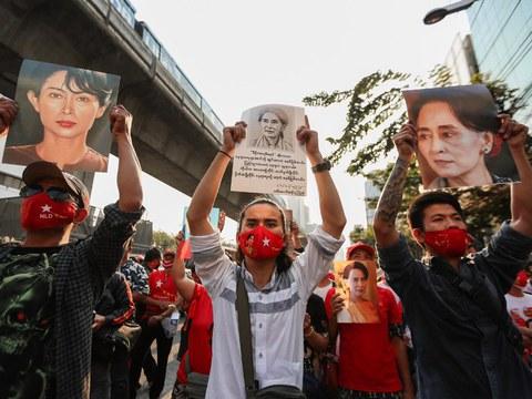 Tunjuk perasaan di hadapan Kedutaan Myanmar di Bangkok berikutan rampasan kuasa tentera yang mengakibatkan penangkapan pemimpin Aung San Suu Kyi, 1 Februari 2021.