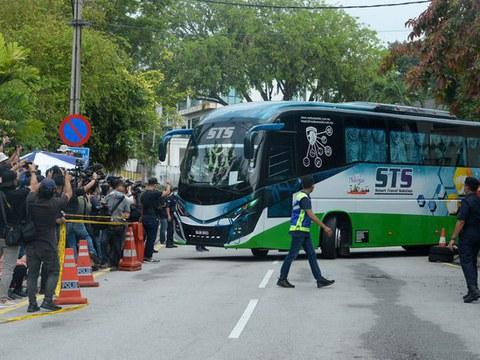 Sebuah bas yang membawa diplomat dan kakitangan Kedutaan Korea Utara meninggalkan premis kedutaan itu di Kuala Lumpur setelah negara tersebut memutuskan hubungan diplomatik dengan Malaysia susulan tindakan mengekstradisi seorang rakyat Korea Utara ke Amerika Syarikat, 21 Mac 2021.