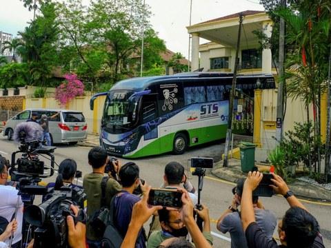 Kenderaan yang membawa diplomat Korea Utara dan keluarga mereka meninggalkan kedutaan negara itu di Kuala Lumpur dan menuju ke Lapangan Terbang Antarabangsa Kuala Lumpur, 21 Mac, 2021.