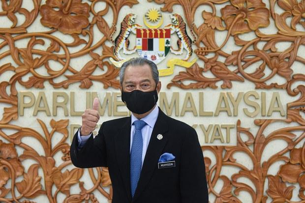 Perdana Menteri Muhyiddin Yassin menunjukkan isyarat bagus selepas keluar dari sessi penggulungan Belanjawan 2021 di Parlimen, Kuala Lumpur, 26 November 2020.
