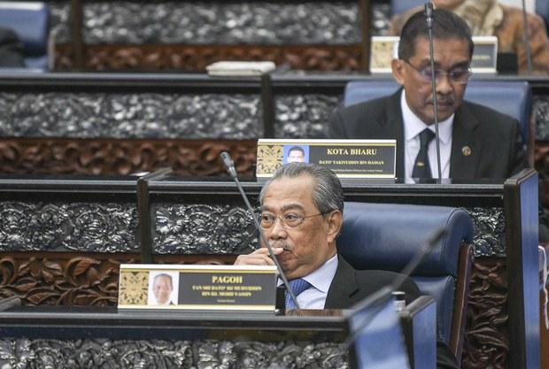 Perdana Menteri Malaysia Muhyiddin Yassin (depan) dan Menteri di Jabatan Perdana Menteri Takiyuddin Hassan semasa persidangan Parlimen di Kuala Lumpur, 13 Julai 2020.