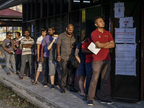 Orang ramai berbaris menunggu giliran demi melaksanakan kewajipan membuang undi sempena pilihanraya kecil (PRK) N24 di Semenyih, Selangor,  2 Mac 2019.