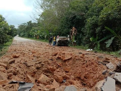 Pihak berkuasa memeriksa lokasi pengeboman yang menyasarkan trak polis hingga menyebabkan lima pegawainya cedera di Sri Sakhon, sebuah daerah di wilayah selatan Narathiwat yang dilanda pergolakan, 31 Januari 2021.