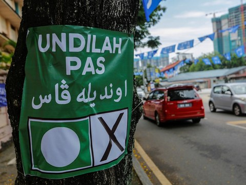 Poster Undilah PAS - Parti Islam Se-Malaysia, sebuah parti konservatif Islam di Malaysia ditampal di sepohon pokok di sebatang jalan di Kuala Lumpur, 17 April 2018.
