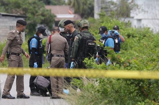 Polis memeriksa mayat Masaidee Wae-sulong, 31, suspek pemberontak yang ditembak mati setelah dia didakwa melepaskan tembakan ke arah seorang anggota tentera di pusat pemeriksaan di bandar Patani, Selatan Thailand, 17 Jun 2020.